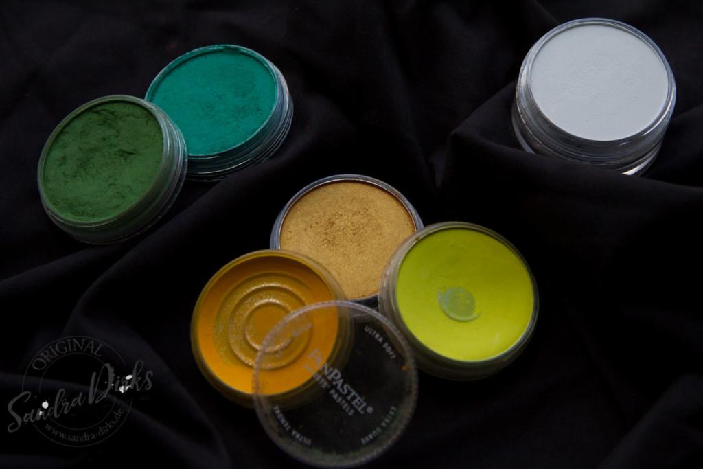 PanPastels in gelben, grünen und goldenen Farben für Akzente auf dem schwarzen Flipchart