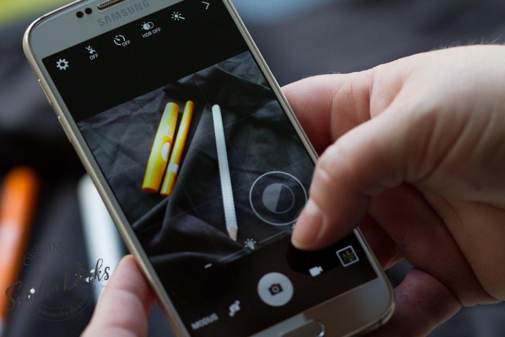 Mit dem Smartphone schwarz fotografieren, hier grau vor der Einstellung.