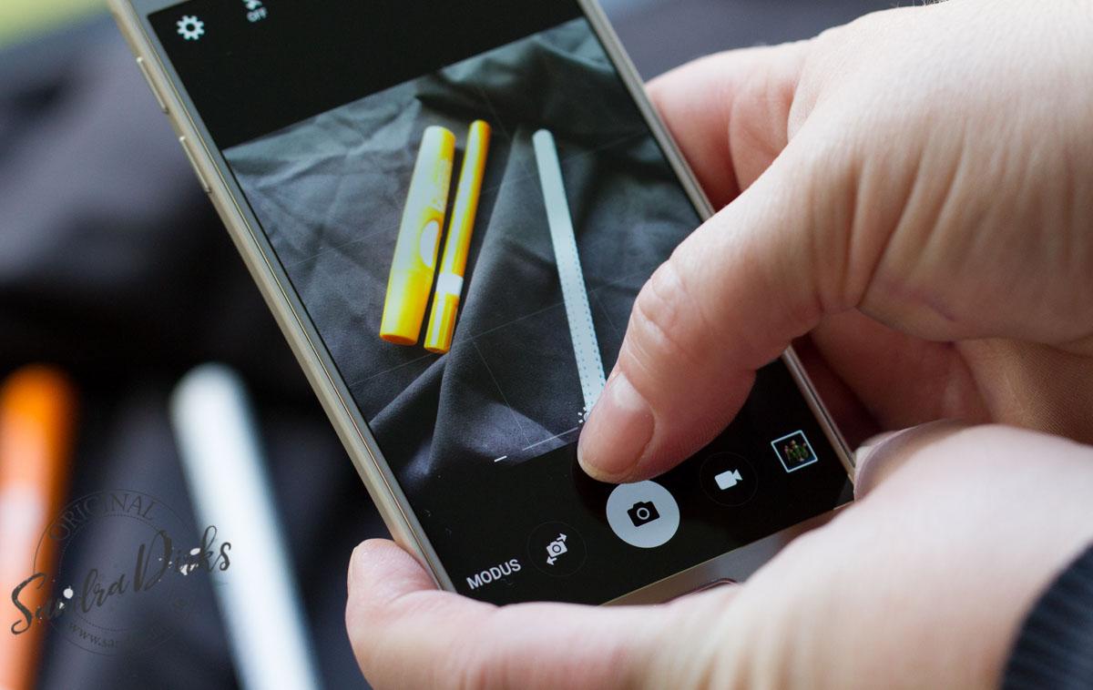Mit dem Smartphone schwarz fotografieren, die Einstellungen ändern.